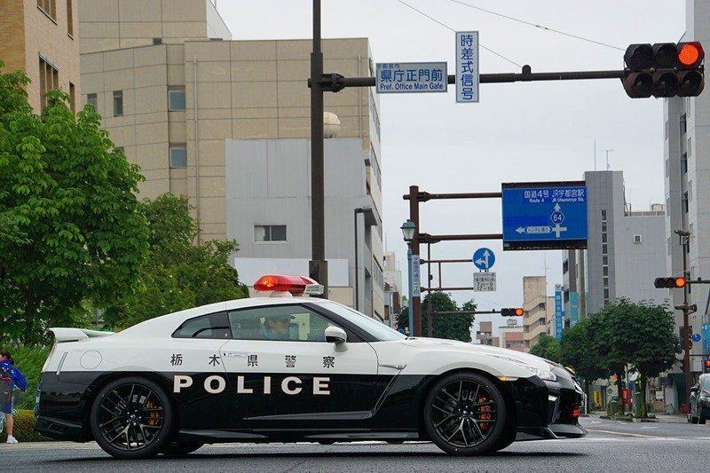 Ajándék Nissan GT-R-rel üldözi a bűnelkövetőket a japán rendőrség